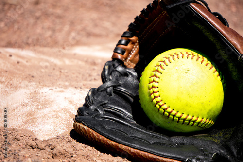 Photo Softball mit Handschuh an der Base
