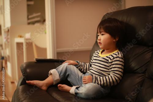 テレビを観る男の子 Fototapet