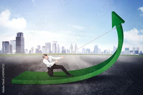 Businessman using a chain to pull an upward arrow Fotobehang