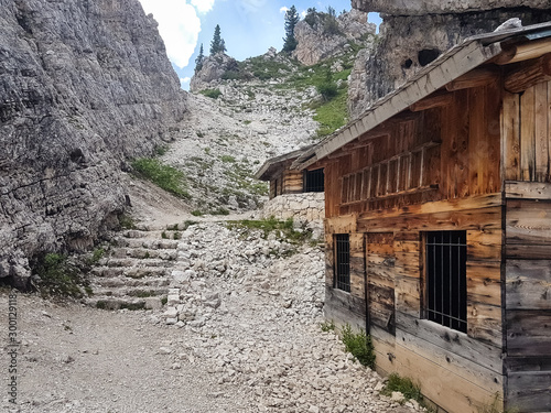 Photo Old barrack in rocky landscape of Dolomite mountains, Italy
