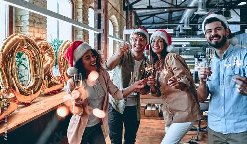 Celebrating Christmas in office Fototapete