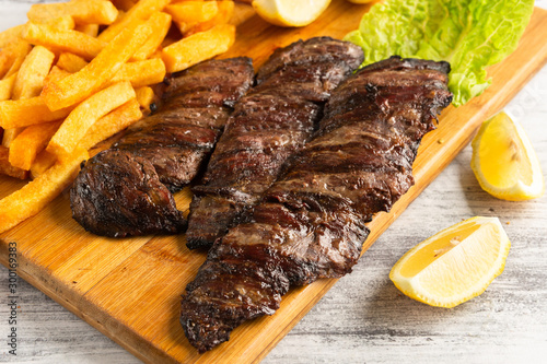 Fototapeta entraña carne con papas fritas obraz