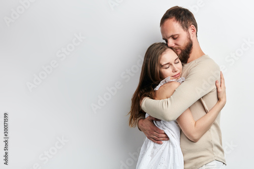 Fotografía man supports his girlfriend as she has serious problems, close up photo