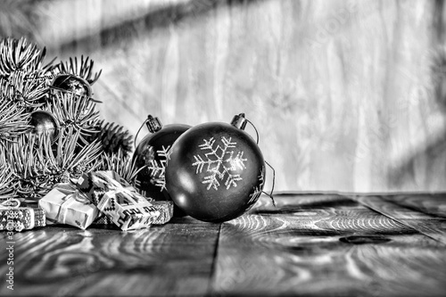 Autocollant pour porte Arbre White Black photo. Christmas background. Fragment Christmas tree with balls and gifts.