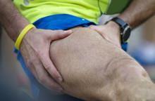 Atleta Con I Crampi Dopo Una Maratona