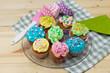 bunte, selbstgemachte Cupcakes auf einer Servierplatte