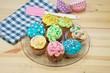 Servierteller mit bunten, selbstgemachten Cupcakes