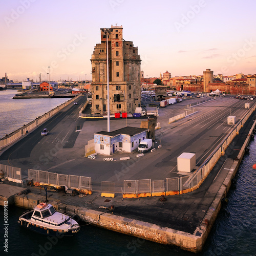 Fotografía  View of a quay of the port of Livorno at sunset