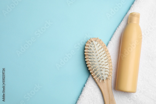 Cuadros en Lienzo Flat lay composition with brush and shampoo bottle on light blue background, space for text