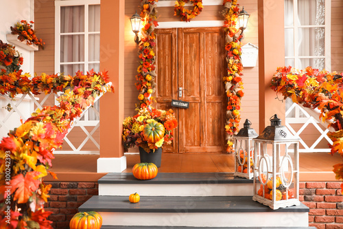 Cuadros en Lienzo House entrance decorated for traditional autumn holidays