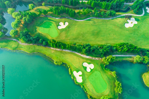 Fotografia Aerial view of golf course and water