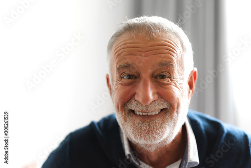 Photo Portrait of happy smiling senior man looking at camera