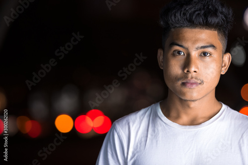 Photo Face of young Asian man in the city streets at night
