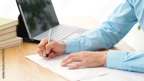 Fotografía ノートに書く男性