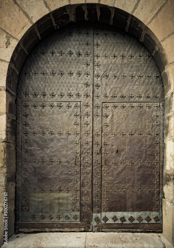 Photo Old iron door in a medieval building