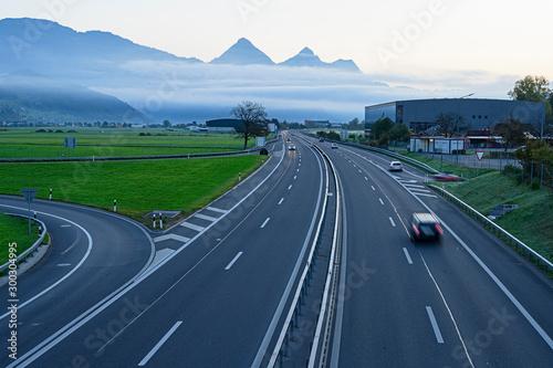 Cuadros en Lienzo Autobahn bei Stans, Nidwalden, mit Nebelschwaden, Sschweiz