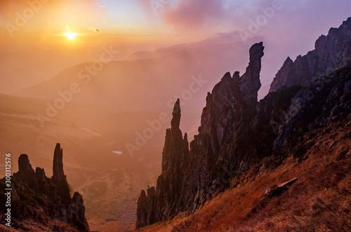 Montage in der Fensternische Braun Rocky mountain cliffs at the sunset.