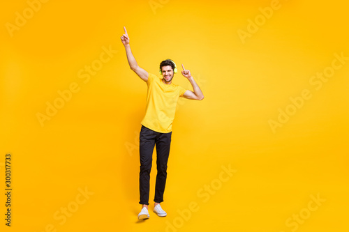 Fotografía  Full length body size photo of cheerful handsome attractive man wearing yellow t