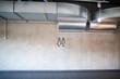 Deckeninstalationen in modernem Industriegebäude