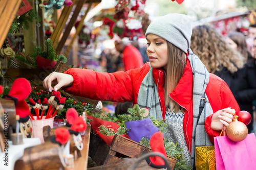 Fotomural  Girl shopping Christmas decorations