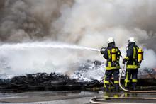 Feuerwehr Löscht Mit Wasser U.