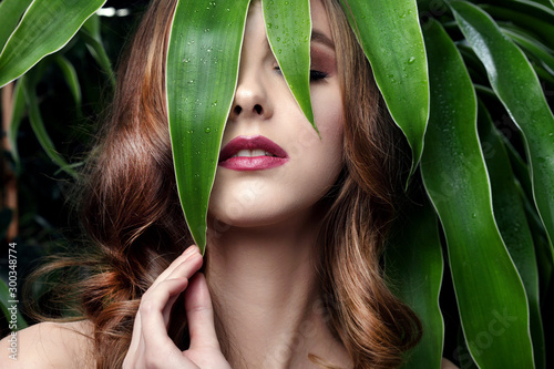 Fotografía  beautiful girl and green leaves