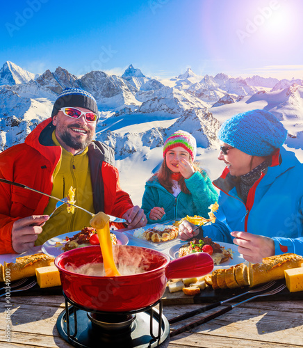 Photo Fondue cheese, swiss winter ski holidays break for lunch, mountain view Matterhorn in Zermatt, Switzerland