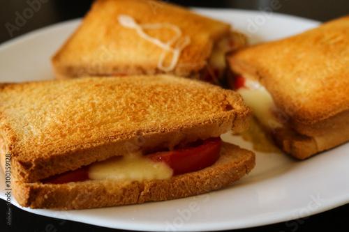 Primo piano di tre toast al pomodoro e mozzarella, cibo e cucina Fototapet