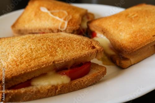 Primo piano di tre toast al pomodoro e mozzarella, cibo e cucina Tablou Canvas