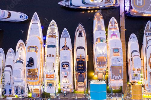 Fotografia Ariel direct overhead shot of luxury Super yachts lit at night Fort Lauderdale i
