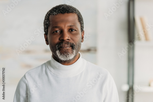 senior, confident african american man looking at camera Fototapet