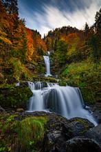Giessbach Wasserfall Berner Oberland Herbst Langzeitbelichtung Fliessendes Wasser Farbige Blätter Bäume Blauer Himmel Wolken Postkarte Grusskarte