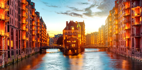 Fotografía The Warehouse district Speicherstadt during twilight sunset in Hamburg, Germany
