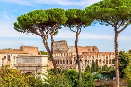 Photo sur Aluminium Con. Antique The Colosseum in Rome, Italy during summer sunny day. The world famous colosseum landmark in Rome.