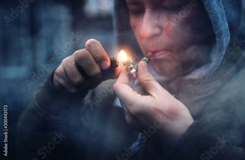 Fotografering addicted man smokes marijuana