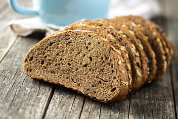 Kruh od cjelovitih žitarica narezan na zobene pahuljice. Integralni kruh.
