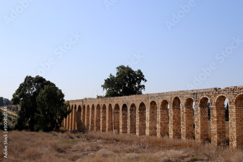 Fotografiet the ruins of the ancient Roman aqueduct in the city of Acre in the north of Isra