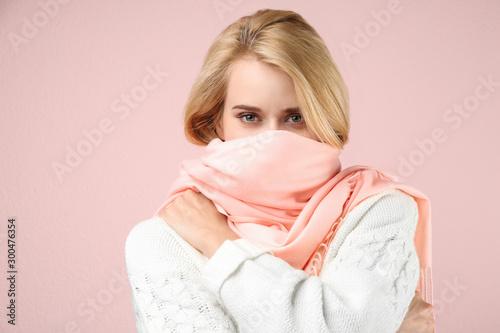 Fotografía Beautiful woman wearing warm scarf on pink background