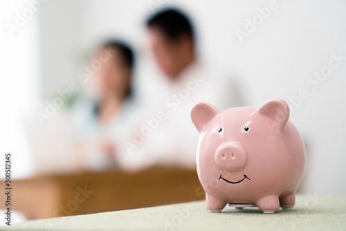 Photo 豚の貯金箱と考えるシニア夫婦