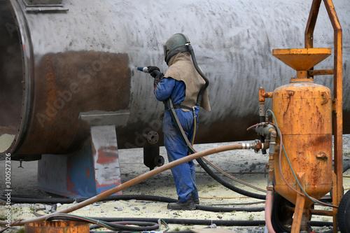 engineer sandblasting a steel casing Canvas-taulu