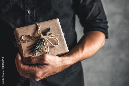 Cuadros en Lienzo  Man holding a gift box