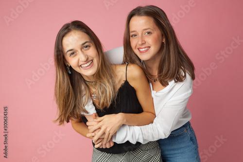 Photo Felicidad, amor fraternal, amor de amigas, cariño, alegría e ilusión adolescente
