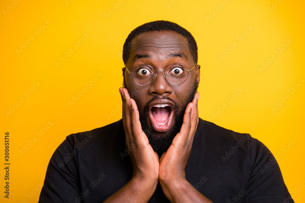 Fototapeta Close up photo of crazy screaming stupor black man in t-shirt expressing astonishment on face isolated bright color yellow background