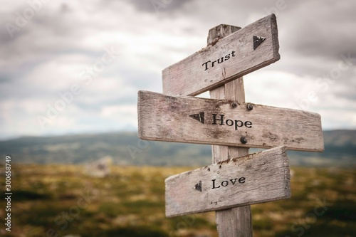Foto Trust hope and love text on wooden sign outdoors