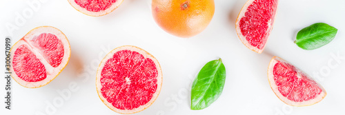 Fotomural Whole and sliced grapefruit isolated on white background