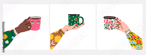 Photo Female hands holding cups or mugs with tea