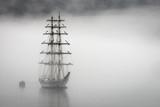 Żaglówka w fiordach Geiranger w Norwegii podczas bardzo mglistej pogody. - 300709575