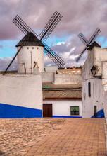 Moulins à Vent Et Village De La Mancha En Espagne