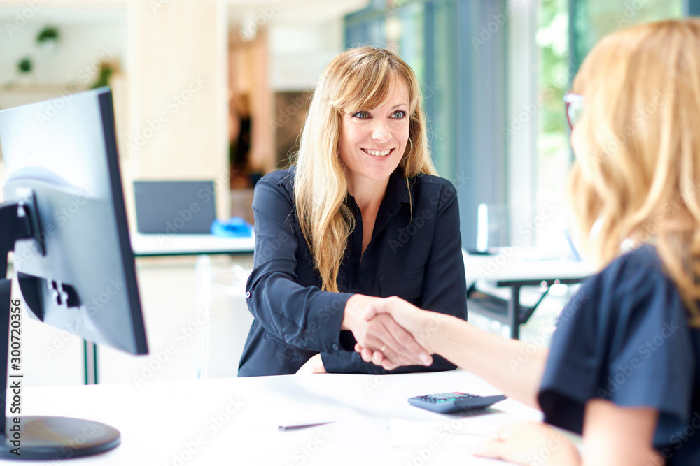Fototapety, obrazy: Businesswoman shaking hands in the office