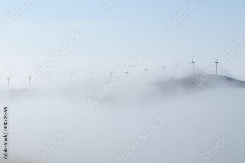 Niebla sobre la montaña y los aerogeneradores Canvas Print